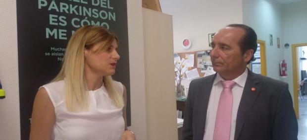 El portavoz de Ciudadanos, Andrés Sámper, junto con la gerente del centro.
