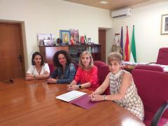 La subdelegada del Gobierno en Huelva, Manuela Parralo, se reúne con la alcaldesa de Gibraleón, Lourdes Martín.