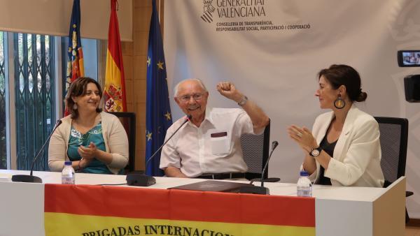 La consellera de Participación, Transparencia, Cooperación y Calidad Democrática, Rosa Pérez Garijo, y la secretaria autonómica, Belén Cardona, junto al brigadista republicano y excombatiente de la Guerra Civil, Josep Almudéver, en el homenaje.