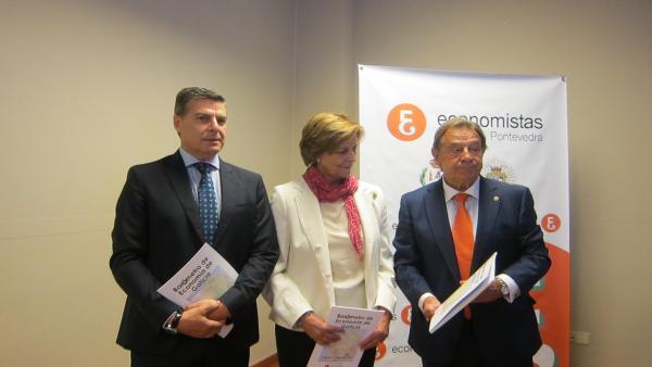 El presidente del Consello Galego de Economistas, su homólogo en el Colegio de Economistas de Pontevedra y la directora del estudio