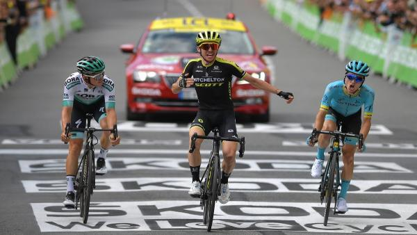 Simon Yates celebra su victoria en la duodécima etapa del Tour ante Pello Bilbao (dcha) y Gregor Mühlberger (izda)