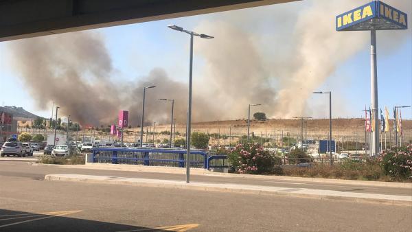 Incendio en las cercanías de un centro comercial en Arroyo (Valladolid).