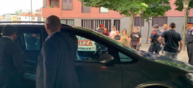 El vicepresidente del Govern, Pere Aragonès, sube al coche ante una concentración en Lleida.
