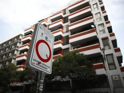 Señal de prohibido aparcar en una de las vías que componen Madrid Central.