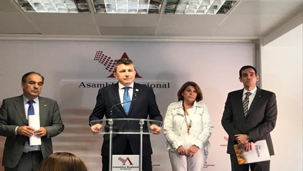 El líder de Vox, Pascual Salvador, en la rueda de prensa en la Asamblea tras el discurso de López Miras