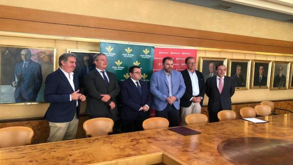 En el centro  el presidente del Consejo Rector de Caja Rural de Asturias, Fernando Martínez, y  el presidente de la Cámara de Comercio de Oviedo, Carlos Paniceres, además de otros miembros de la Cámara de Comercio de Oviedo y Caja Rural.