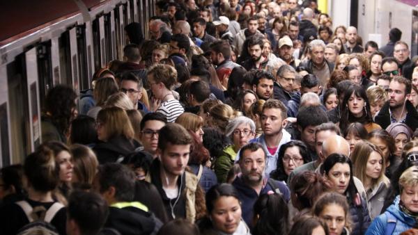 Andén de la parada de metro de Sagrada Família de Barcelona (L2) repleto de viajeros durante una jornada de huelga de la plantilla.