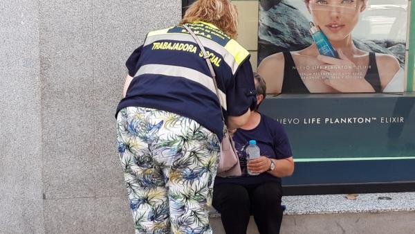 Una miembro del SEMAS atiende a una mujer en Murcia