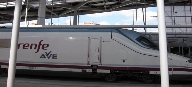 Un AVE en la estación Joaquín Sorolla.