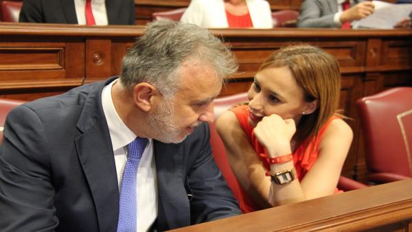 Constitución de la X Legislatura. El presidente del Gobierno de Canarias, Ángel Víctor Torres, y la presidenta del Grupo Parlamentario Socialista, Nira Fierro