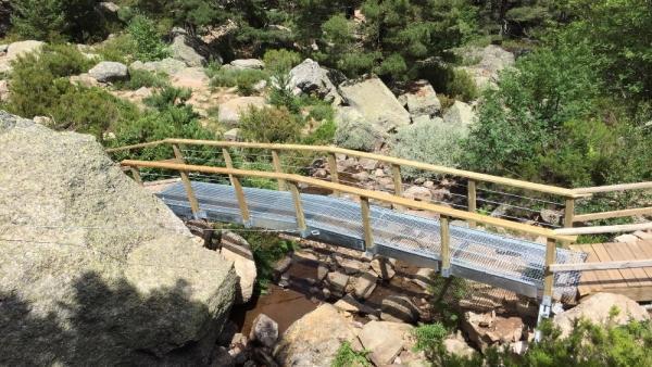Nueva pasarela instalada en la Laguna Negra.