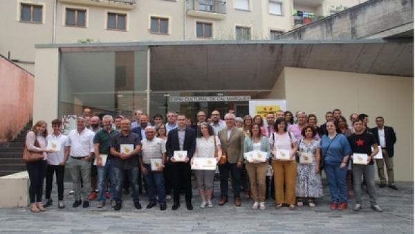 La Generalitat entrega a los alcadels y alcaldesas de los municipios de Camprodon (Girona) el certificado de destino de Naturaleza y Montaña en Familia.