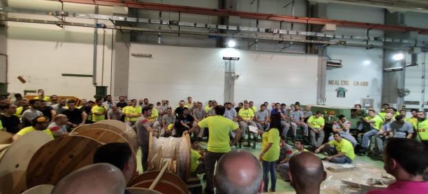 Asamblea de trabajadores de ABB en el interior de su fábrica en Córdoba.