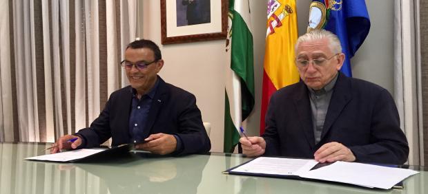 El presidente de la Diputación de Huelva, Ignacio Caraballo, y el párroco de La Palma, José Silvestre.