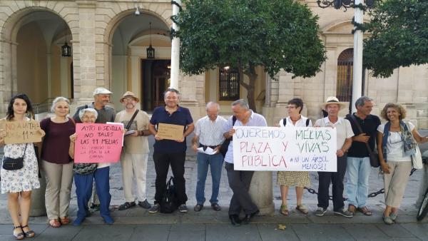 Concentración de los ecologistas ante el Ayuntamiento.