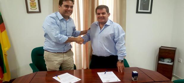 El alcalde de Jabugo y un representante de El Pozo.