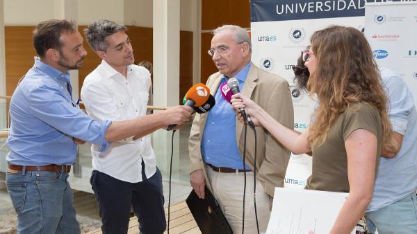 Alfonso Guerra atiende a los medios.