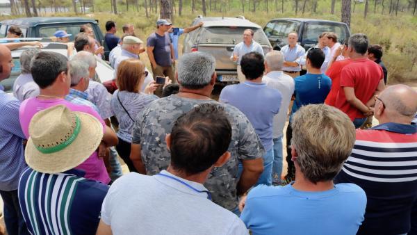 Dirigentes del PP de Huelva visitan la zona de El Gago de Lucena del Puerto.