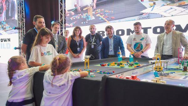 El presidente del Cabildo de Tenerife, Carlos Alonso, y el director de la Fundación Scientia, Ricard Huguet, asisten a un torneo de First Lego League en TLP Tenerife
