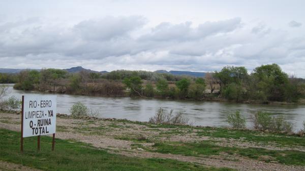 El río Ebro a su paso por Novillas, cartel de protesta