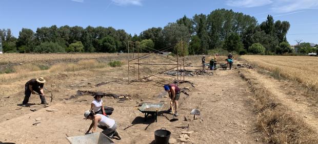 Arqueólogos trabajando en la excavación de Herrera de Pisuerga (Palencia)