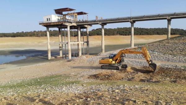 Maquinaria de Tragsa en el pantano de Valdecañas