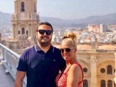 Belén Esteban junto a su marido, Miguel Marcos, con la catedra de Málaga de fondo