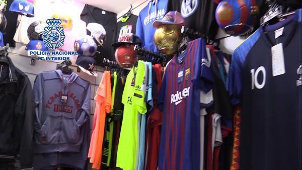 Imágen de vídeo en el que se ven artículos falsificados en un bazar de Lloret de Mar (Gerona)