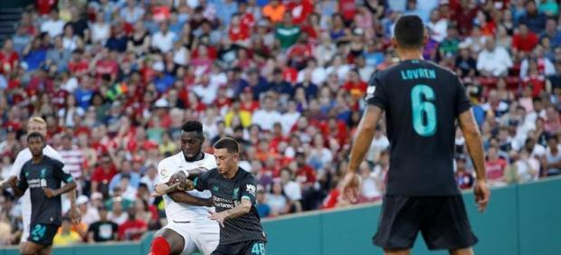 Gnagnon y el Sevilla piden perdón por esta salvaje entrada en un amistoso frente al Liverpool
