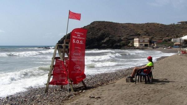 La bandera roja, izada en una playa de la Región de Murcia