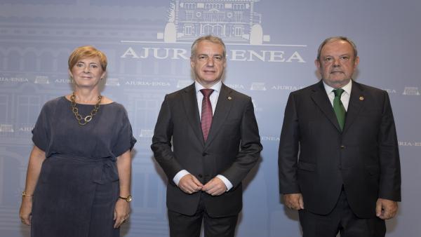 El lehendakari, Iñigo Urkullu, acompañado de la consejera de Desarrollo Económico e Infraestructuras, Arantxa Tapia, y del consejero de Hacienda y Economía, Pedro Azpiazu,