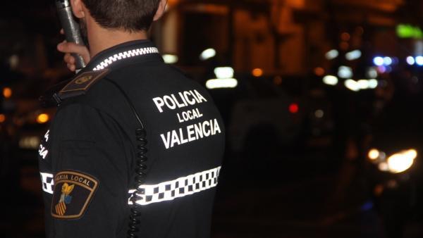 Detingut per agarrar i besar presumptament una dona de 25 anys en contra de la seua voluntat