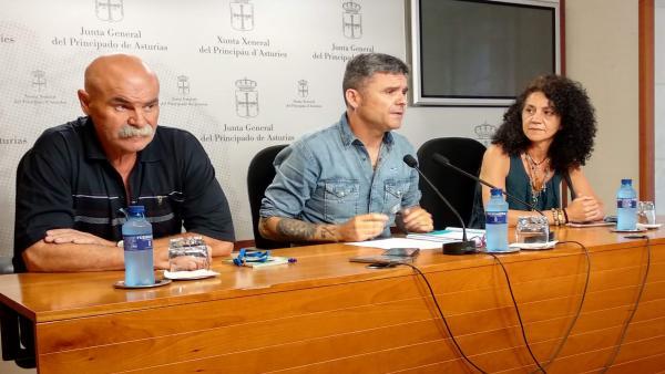 Rueda de prensa de los representantes de CSI en el ERA, Canor González y Elena García, junto al diputado de Podemos Rafael Palacios, en el centro.