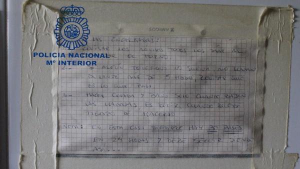 Cartel intervenido tras clausurar un piso en el que se ejercía la prostitución en Oviedo.