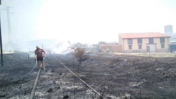 Imagen del incendio que mantiene cortada la N-122