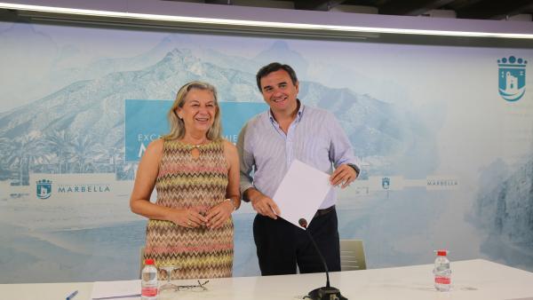 La concejal de Ordenación del Territorio de Marbella (Málaga), María Francisca Caracuel, y el portavoz municipal, Félix Romero