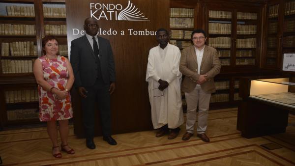 El concejal de Cultura del Ayuntamiento de Toledo, Teo García; la directora de la Biblioteca regional, Carmen Morales; el depositario del Fondo Kati, Ismael Didaé; y el consejero de la Embajada de Mali, Younousa Tiramanka