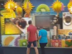 Sintonizan porno en el televisor de una tienda