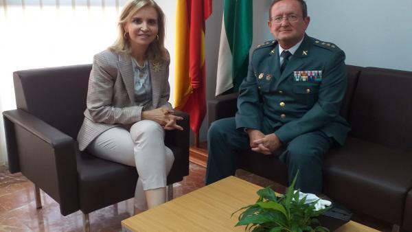 La subdelegada del Gobierno, Manuela Parralo, y el nuevo coronel jefe de la Comandancia de la Guardia Civil de Huelva, Andrés López García.