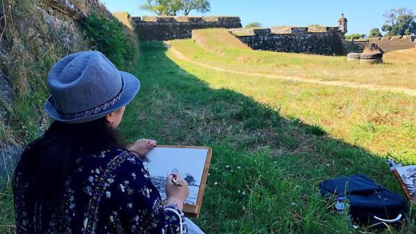 Una de las artistas chinas que realizan el Camino Portgués de Santiago retratando la ruta para una exposición