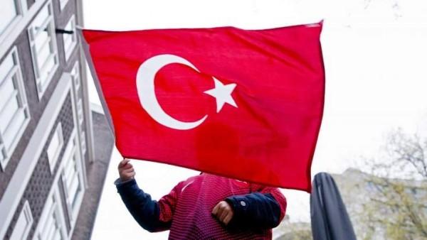 Un ciudadano ondea una bandera de Turquía.