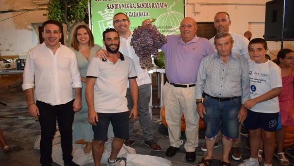 El alcalde de los Palacios con el ganador del racimo de uva más grande del mundo