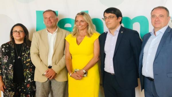 El conseller de Modelo Económico, Turismo y Trabajo, Iago Negueruela, junto a la presidenta de la FEHM, María Frontera, y representantes del sector hotelero.