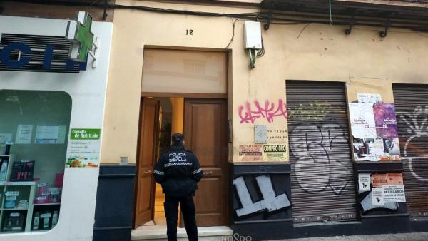 Un agente de Policía Local en la avenida de la Cruz Roja de Sevilla
