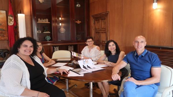 Diez y Vera López con los miembros de la Asociación Alfaem.