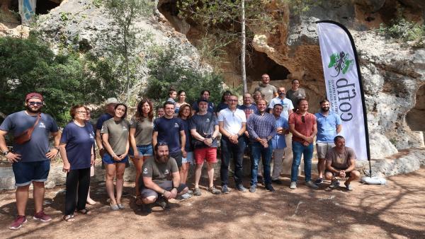 El conseller de Medio Ambiente y Territorio, Miquel Mir, asiste a la liberación de una treintena de vencejos en la cueva de Lourdes de Santa Eugènia junto a voluntarios y trabajadores del Centro para la Recuperación de la Fauna de Baleares (Cofib).