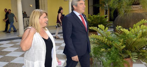 Lucrecio Fernández con la alcaldesa de Jerez en el Ayuntamiento