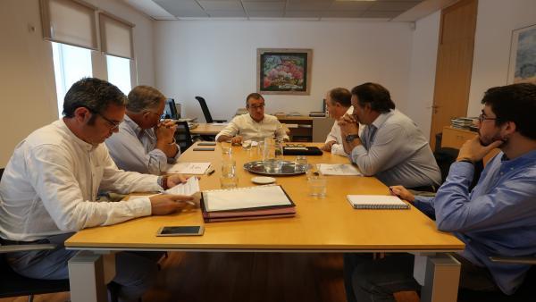 Imagen de la reunión entre el conseller de Transición Energética y Sectores Productivos, Juan Pedro Yllanes, y el presidente de la Cámara de Comercio de Mallorca, Antoni Mercant.