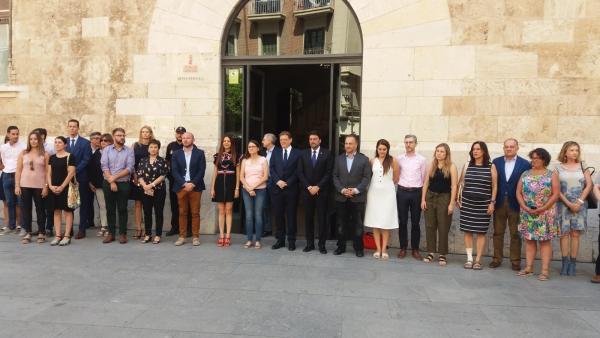 Minuto de silencio ante el Palau de la Generalitat por un caso de asesinato por violencia machista