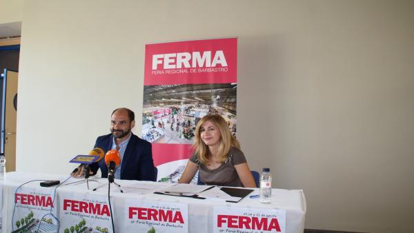 El alcalde de Barbastro, Fernando Torres, y la concejal de Desarrollo, Belinda Pallás, durante la presentación de FERMA.